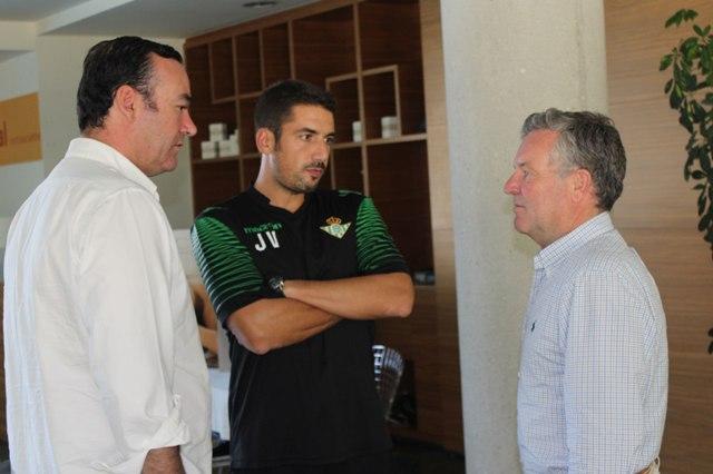 Casas y Domínguez Platas flanquean a Velázquez en la pretemporada / Real Betis