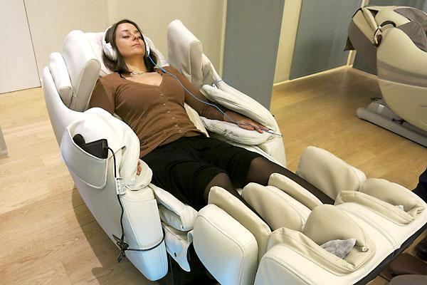 """En la imagen, una clienta se relaja en """"Pauz"""", el local habilitado para que los trabajadores del barrio europeo de Bruselas puedan dormir una siesta. EFE/Marina Valero"""