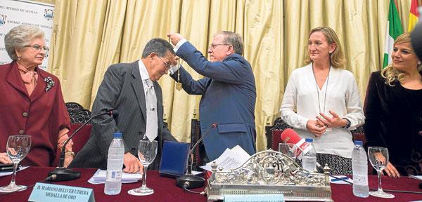 El Ateneo de Sevilla condecoró ayer a Mariano Bellver en un acto presentado por la directora de El Correo TV, Elizabeth Ortega. / J. M. Paisano