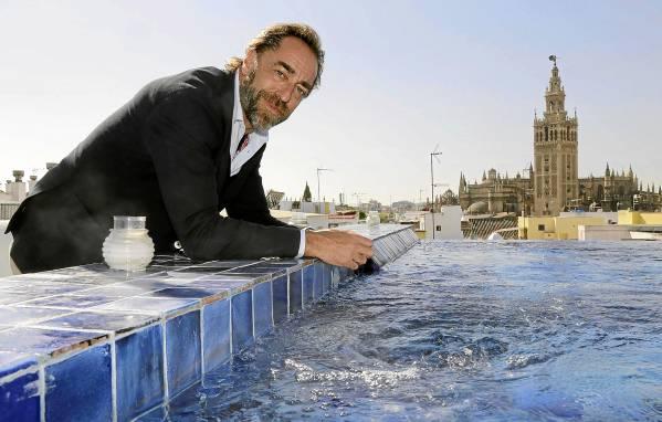 Miguel Ángel Jiménez posa en la azotea de los baños árabes Aire de Sevilla, que han sido recientemente transformados. / JOSÉ LUIS MONTERO