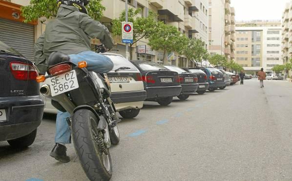 Un motorista intenta estacionar en la zona azul habilitada en el entorno de Viapol, zona afectada por la última ampliación de este sistema de aparcamiento. / J.L. Montero