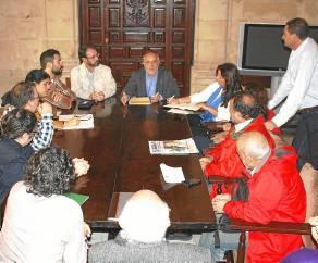 Encuentro de los afectados de la zona azul con el portavoz de IU. / El Correo
