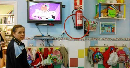 Mochilas y abrigos de los niños de la escuela infantil El Pueblo colgados en perchas. / El Correo