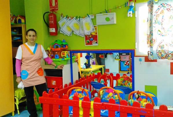 La directora de la escuela infantil El Triangulo, Pepa Estrugo, muestra una de las aulas del centro. / El Correo