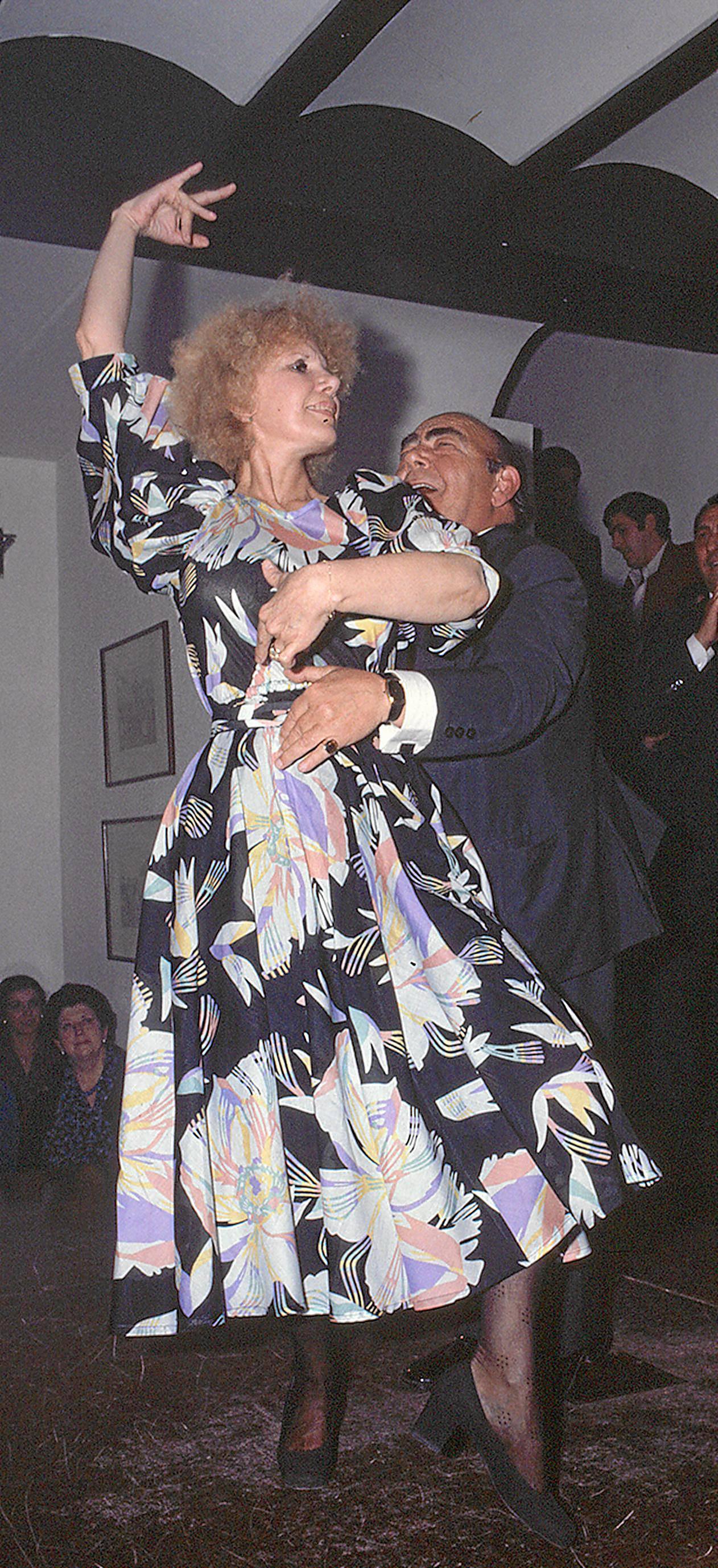 Cayetana de Alba baila con el que fue su profesor, Enrique el Cojo. / Manuel Gallardo