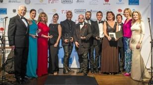 Los galardonados ayer con el Botón de Nácar y Oro otorgado por el Gremio de Sastres y Modistas de Sevilla posan con sus premios. / Reportaje gráfico: Carlos Hernández