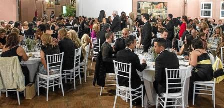 El salón de actos del Cortijo de la Gota de Leche se llenó ayer en la I Cena de la Costura.