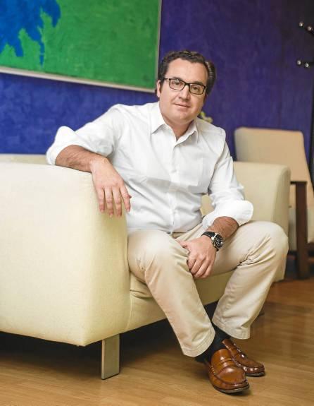 Antonio Roldán en la oficina de Oilnova, ubicadas en el edificio Galia, en Nervión. / CARLOS HERNÁNDEZ