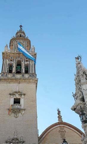 La iglesia de Santa María de Écija, con la bandera de la Inmaculada. / M. R.