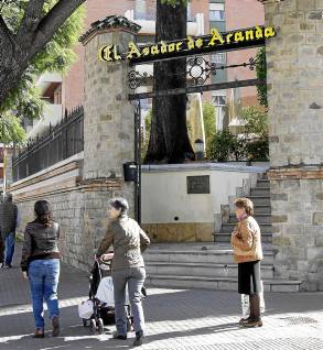 El Asador de Aranda lleva 17 años en Luis Montoto, en Nervión. / JOSÉ LUIS MONTERO