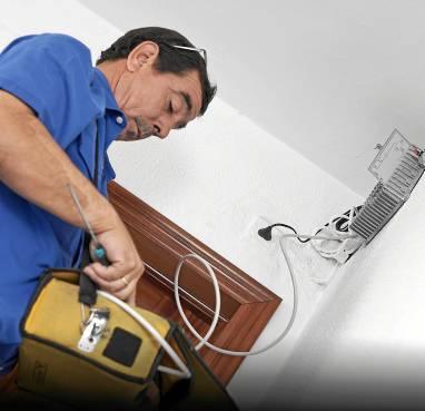 Un instalador de telecomunicaciones adapta una antena al reparto de frecuencias. /  D. Roldán
