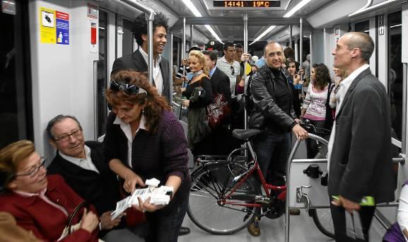 Usuarios del metro de Sevilla, el día de la inauguración de este nuevo medio de transporte público el 2 de abril de 2009. / Antonio Acedo