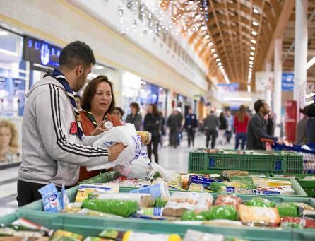 Miles de sevillanos han colaborado en hipermercados con esta campaña de recogida de alimentos. / J. M. Paisano