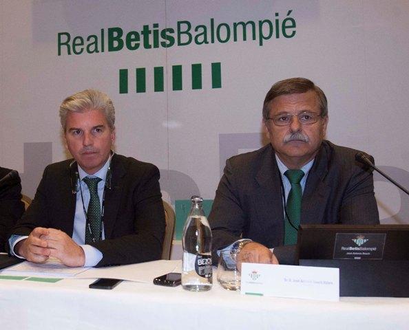 Miguel Guillén y José Antonio Bosch, en una junta de accionistas / J.M. Paisano