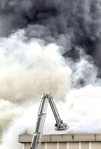 Vista del incendio de la planta de Campofrío en Burgos. / EFE