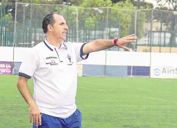 El técnico del Castilleja, José Antonio Granja, dirigiendo a los suyos. / Foto: Angela Gelo