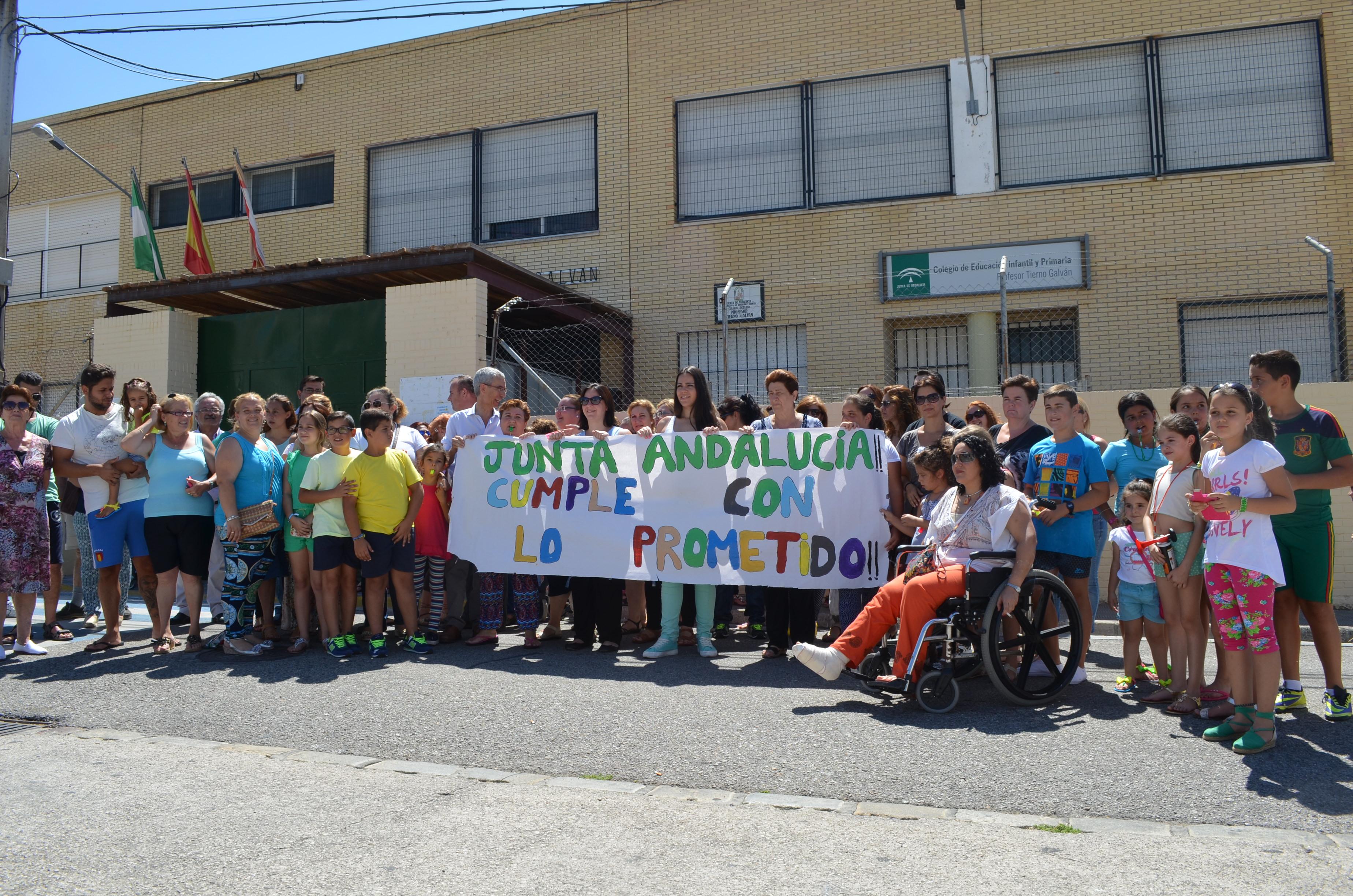 La comunidad educativa se manifestó reiteradas veces ante las puertas del colegio. Foto: S. C.