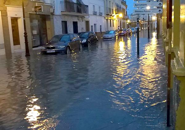 Consecuencias de la lluvia en una calle de Coria. / El Correo
