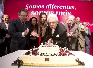 Antonio Morera Vallejo sopla las velas de la tarta conmemmorativa del 115 aniversario de El Correo de Andalucía. / Pepo Herrera