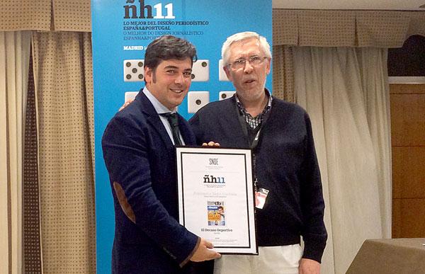 Antonio Viola, director de El Decano Deportivo, recibe el premio. / El Correo