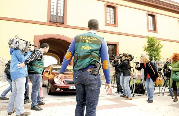 Fase de la operación Madeja en la Diputación de Sevilla. / EFE