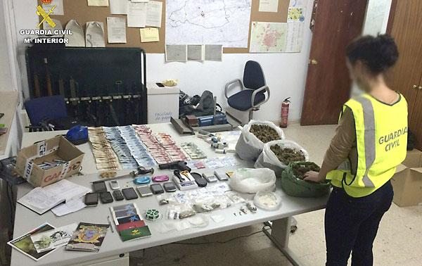 Material incautado por la Guardia Civil en esta operación antidroga en Sevilla. / EFE