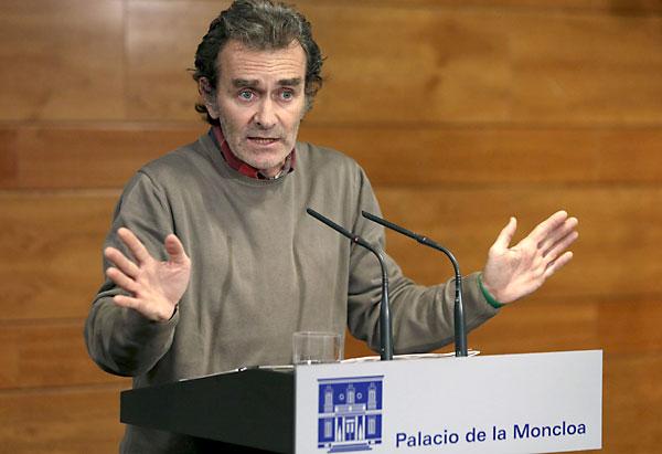El miembro del comité sobre el ébola, Fernando Simón, durante una rueda de prensa en el Palacio de la Moncloa, donde ha anunciado la repatriación. / EFE