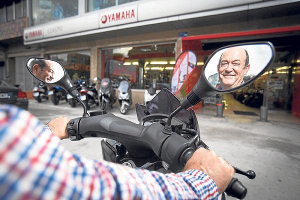 Eduardo Castro Aguilera, en una moto de su concesionario Yamaha en la calle Álava, en el polígono industrial Carretera Amarilla. / Pepo Herrera