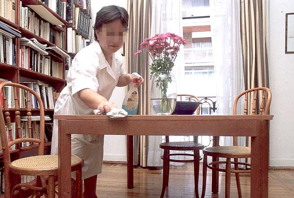 Empleada del hogar trabajando. / El Correo