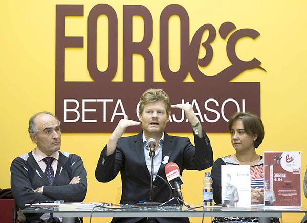 David López Royo, director de El Correo (i); Christian Felber (c) y Lola San Juan, presidenta de Amecoop. / J.M. Paisano