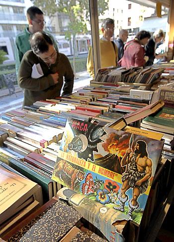 En la Feria del Libro Antiguo siempre se encuentran piezas curiosas. / Paco Cazalla