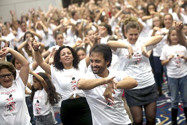 """El bailador linense David Morales (c) durante el """"flashmob"""" flamenco que ha organizado en el barco hotel """"Sunborn"""", en Gibraltar. / EFE"""