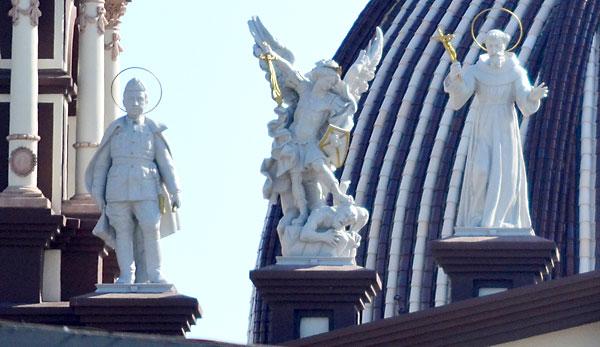 Nuevas imágenes en la fachada, entre ellas la de Franco. Foto: Salvador Criado