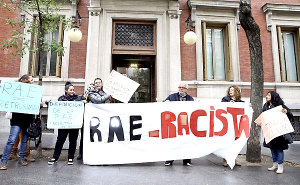 Colectivos gitanos protestando frente a la sede de la RAE por considerar «racista» su definición de 'gitano'. / Ballesteros (EFE)
