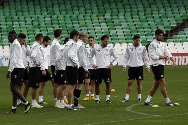 Los jugadores del Betis entrenando en el Benito Villamarín. Foto: José Luis Montero.