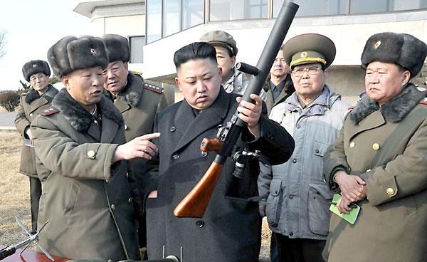 El líder Kim Jong-un revisando armamento. / El Correo