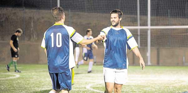 Dos integrantes del Todami se saludan durante un partido en las instalaciones del Club de Campo La Motilla. / Foto: Inma Flores
