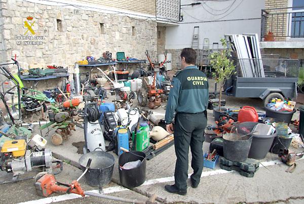 Imagen del todo el material intervenido. / Guardia Civil