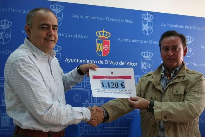 El concejal de Deportes entrega la recaudación al administrador de la fundación