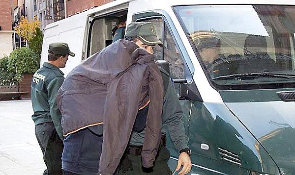 Uno de los detenidos por la Guardia Civil a su llegada a los juzgados de Teruel para prestar declaración. .EFE
