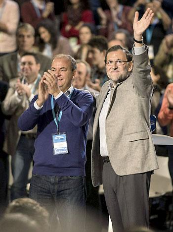 El presidente del Gobierno, Mariano Rajoy (d), junto al presidente de Extremadura, José Antonio Monago, este sábado. / EFE