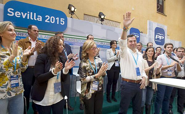 El presidente del PP andaluz, Juan Manuel Moreno (4d), durante su participación en la clausura de la 2ª Escuela de Otoño del PP de Sevilla, que tiene lugar en la localidad de Carmona. / EFE