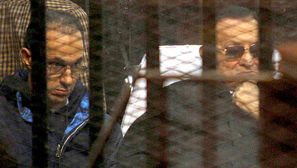 Hosni Mubarak (d) y su hijo Gamal (l) este sábado en el juicio. / EFE