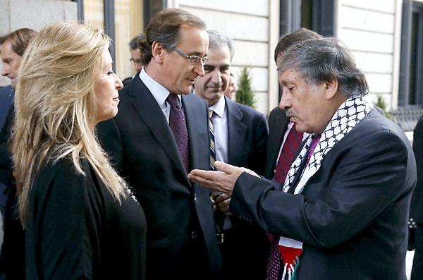 El portavoz del PP en el Congreso, Alfonso Alonso (c), la portavoz de Exteriores del PSOE, Trinidad Jiménez (i), y el embajador de Palestina en España, Musa Amer Odeh (d), este martes en el Congreso de los Diputados. / EFE