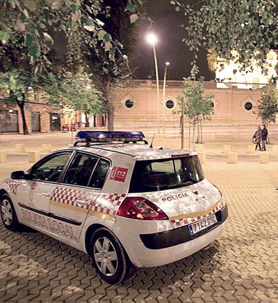 Los patrulleros lucirán los dos números de emergencia: 112 y 092. / Javier Cuesta