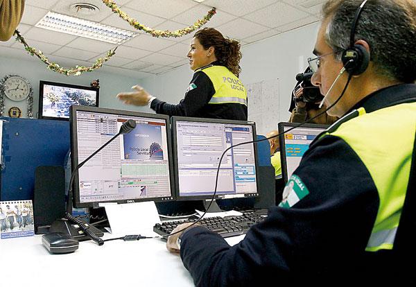 El centro de transmisiones se ha reforzado con 16 agentes más para dar cobertura al servicio. / J.M. Paisano