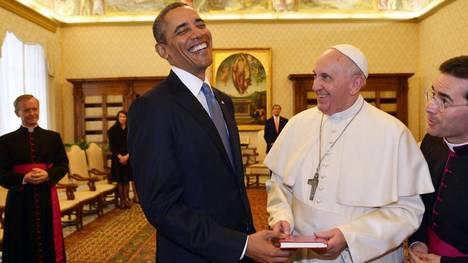 regalos-recibe-Papa-Francisco-AFP_CLAIMA20141118_0145_36