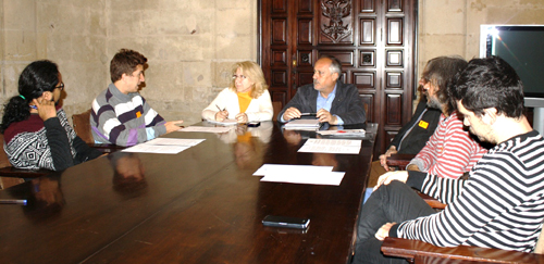 Encuentro entre el líder del grupo municipal de IU, José Manuel García, con agentes culturales y representantes de colectivos artísticos de la ciudad.
