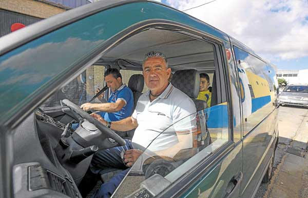 Emilio López, presidente del club, sonríe antes de emprender el viaje a Cádiz. Foto: J.M Paisano