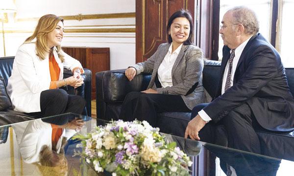 Díaz con la directora del área mediterránea de Burger King, Bianca Shen Leme, y el presidente de Megafood, Martín Aleñar. / EFE